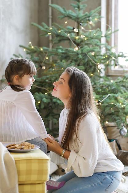 クリスマスの日を楽しんでいる家族 無料写真