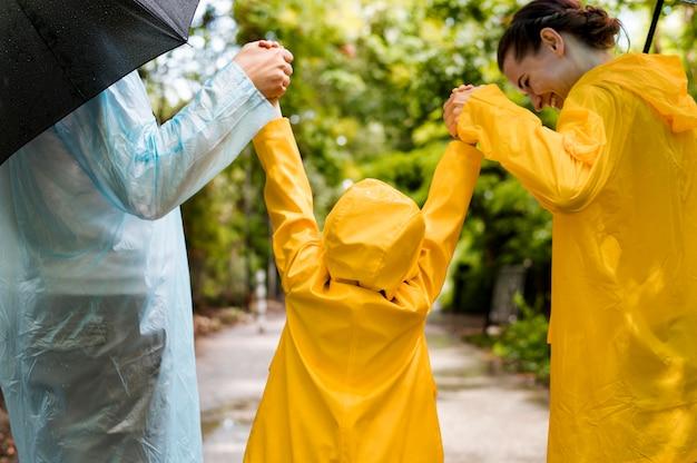 Семья весело во время дождя Бесплатные Фотографии