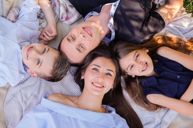 Famiglia che si diverte all'aperto Foto Gratuite