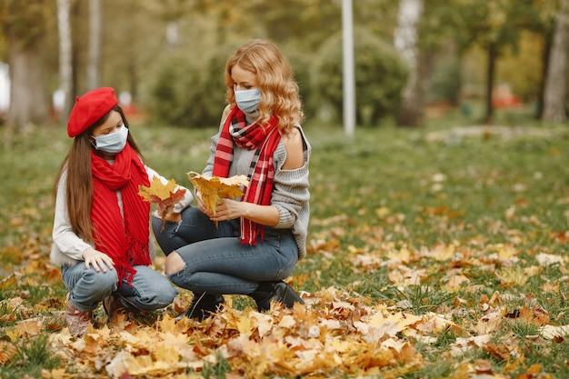 Семья в осеннем парке. тема коронавируса. мать с дочерью. Бесплатные Фотографии