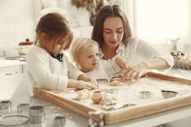 부엌에서 가족. 작은 딸과 함께 아름 다운 어머니입니다. 무료 사진