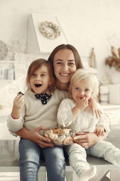 キッチンの家族。小さな娘を持つ美しい母親。 無料写真
