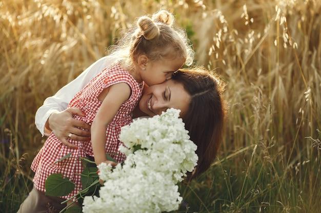 夏の畑で家族。官能的な写真。かわいい女の子。 無料写真