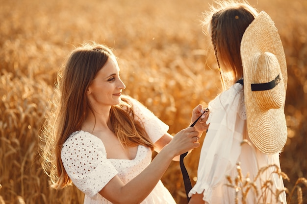 麦畑の家族。白いドレスを着た女性。麦わら帽子の少女。 無料写真