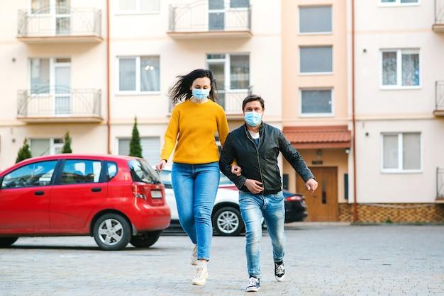 Семья в медицинской маске вне дома. коронавирус карантин. людям нужно носить маски в общественных местах. мировая глобальная пандемия. Premium Фотографии