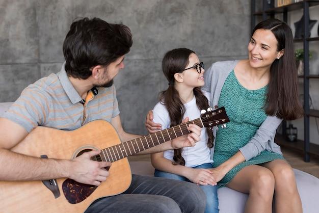 Семья учится играть на гитаре Бесплатные Фотографии