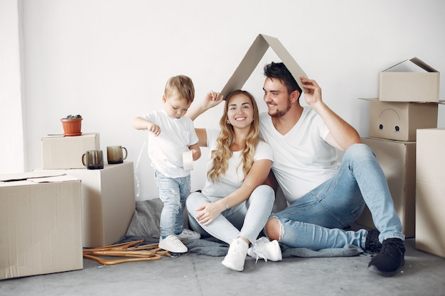 家族の移動と箱の使用 無料写真