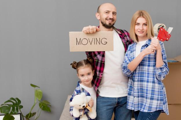 Семья переезжает в новый дом Premium Фотографии