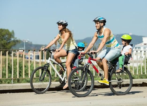 Семья из четырех человек, путешествующих на велосипедах Бесплатные Фотографии