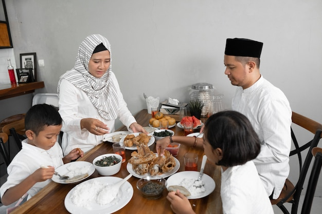 Семья на ифтар ужина на рамадан Premium Фотографии