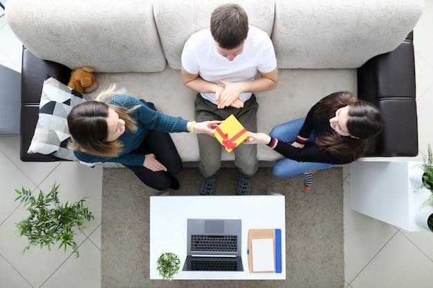 Семья на диване вид сверху Premium Фотографии