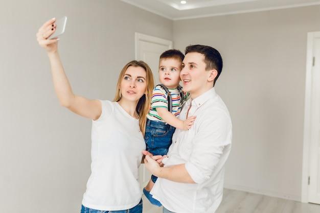 男の子と遊ぶ2人の若い親の家族写真 無料写真