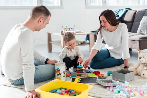 Семья играет вместе Premium Фотографии