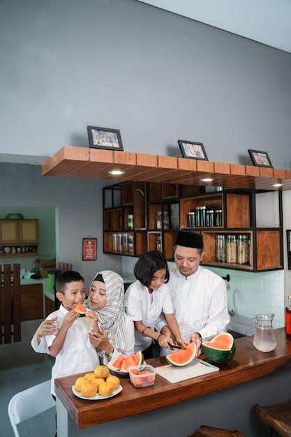 Семья готовится к перерыву поста Premium Фотографии