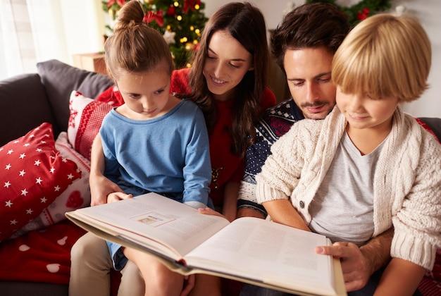 クリスマスに家族の読書本 無料写真