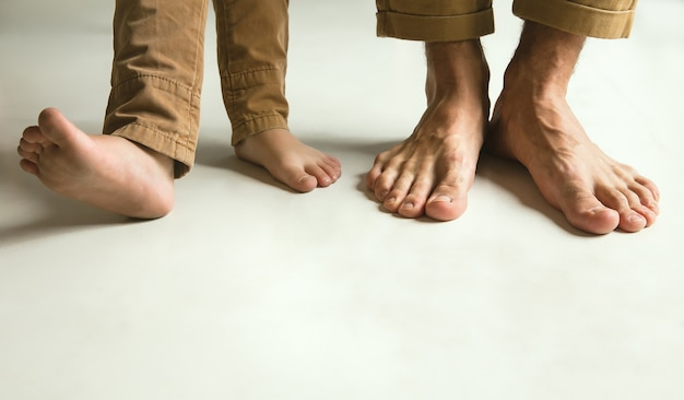 Le gambe della famiglia su bianco Foto Gratuite