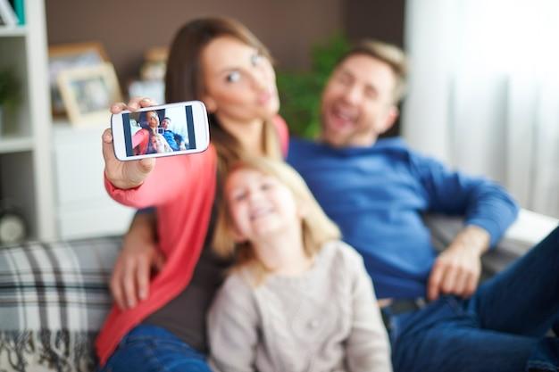 一緒に時間を過ごしているときの家族の自撮り 無料写真