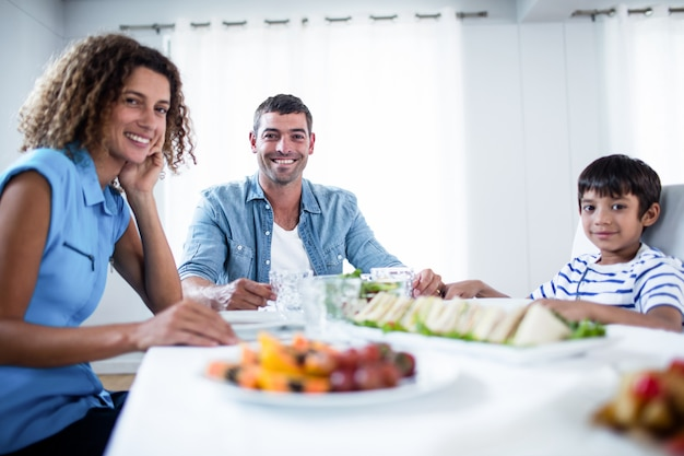 Family sitting at breakfast table Premium Photo
