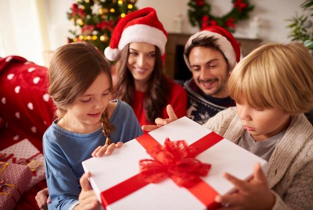 家でクリスマスを過ごす家族 無料写真