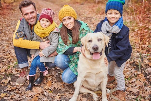 La famiglia che trascorre la giornata nella foresta Foto Gratuite
