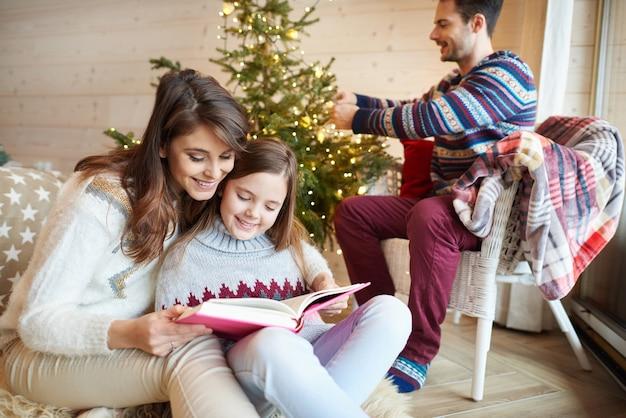 一緒に素敵な時間を過ごす家族 無料写真