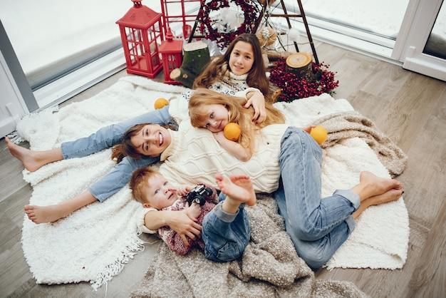 크리스마스 장식에서 집에서 시간을 보내는 가족 무료 사진