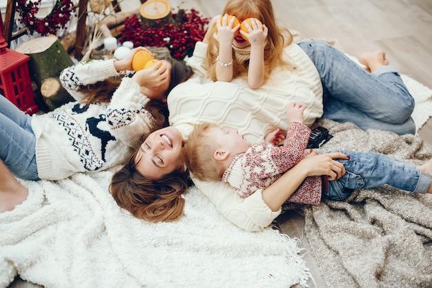 Famiglia che trascorre del tempo a casa in decorazioni natalizie Foto Gratuite