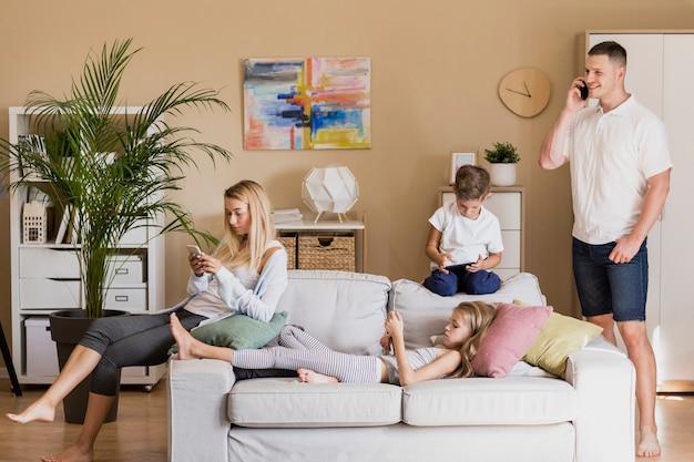 Семья проводит время вместе в доме Бесплатные Фотографии
