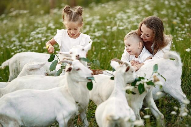 La famiglia trascorre il tempo in vacanza nel villaggio Foto Gratuite