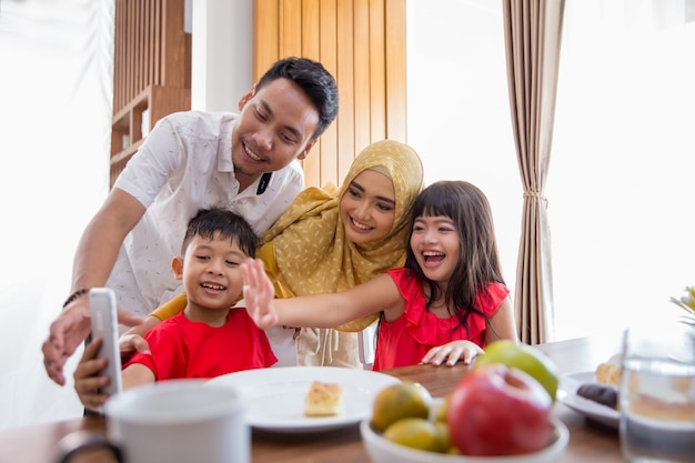 Family take picture together Premium Photo