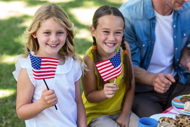 Семья с американским флагом на пикнике Premium Фотографии