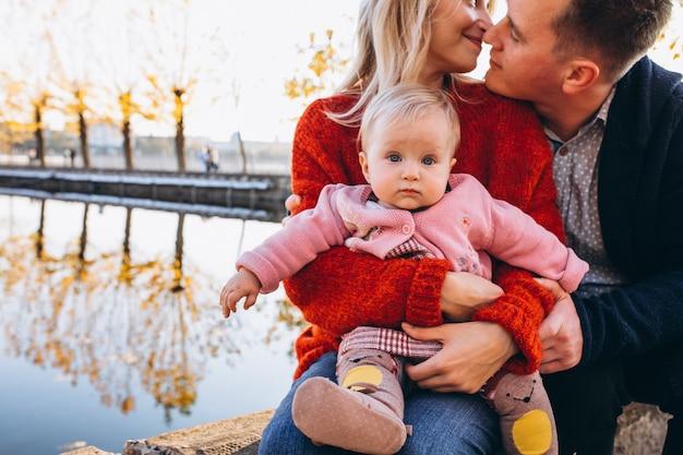 公園を歩いている赤ん坊の娘と家族 無料写真