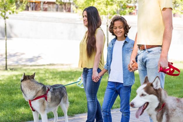 Семья с мальчиком и собакой в парке вместе Бесплатные Фотографии