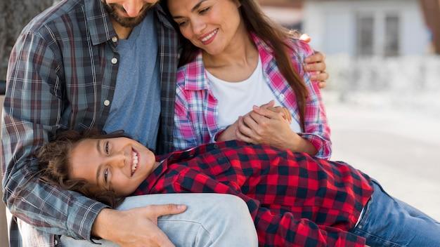 Семья с ребенком и родителями на открытом воздухе вместе Бесплатные Фотографии