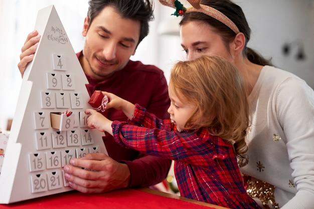 크리스마스에 아이와 가족 무료 사진