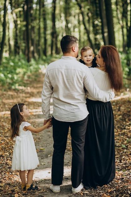 公園で一緒に1人の娘と1人の息子を持つ家族 無料写真