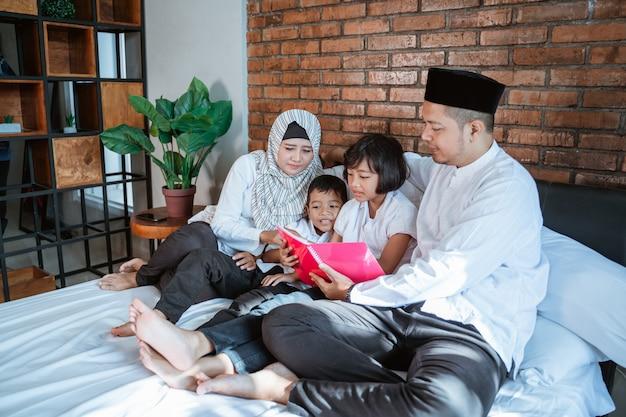 2人の子供を持つ家族が一緒に本を読む Premium写真