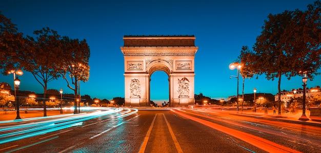 夜、パリ、フランスの有名な凱旋門。 Premium写真
