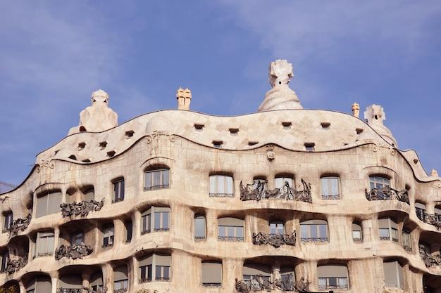 유명한 바르셀로나 랜드 마크-antonio Gaudi의 작품 Casa Milo 프리미엄 사진