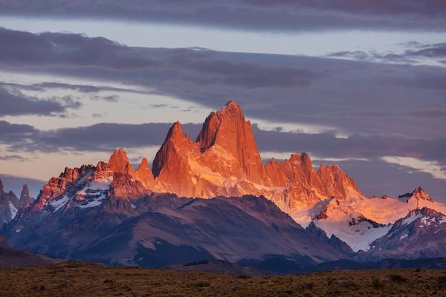 Знаменитый серро фитц рой - один из самых красивых и сложных скалистых пиков патагонии, аргентина. Premium Фотографии