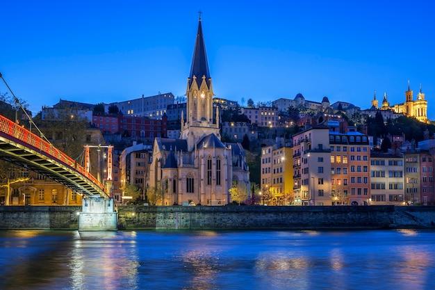 Famosa chiesa di lione con il fiume saona di notte Foto Gratuite