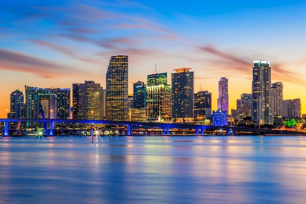 Знаменитый город майами, флорида, летний закат, сша Premium Фотографии