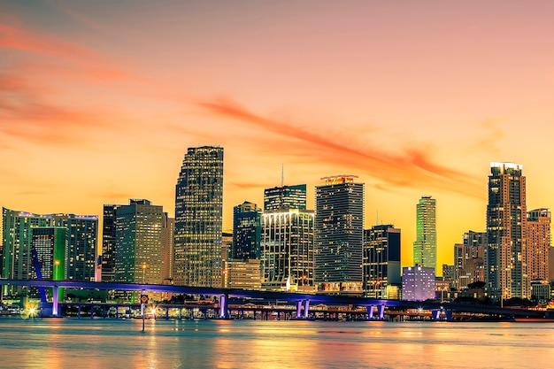 Знаменитый город майами, флорида, сша, летний закат Premium Фотографии