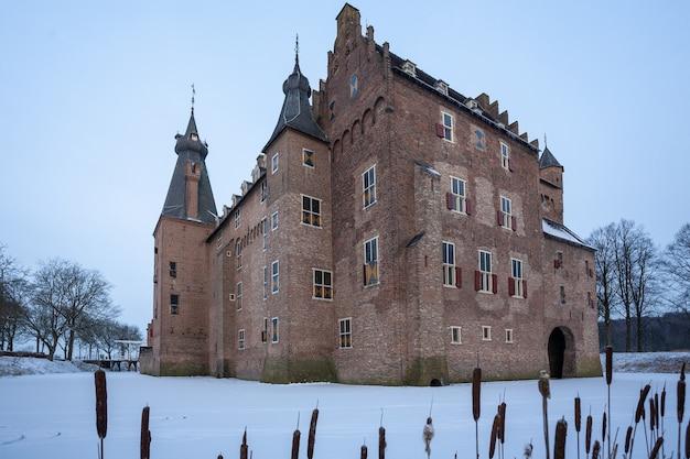 冬の間オランダのヒールサムにある有名な歴史的なドアウォース城 無料写真