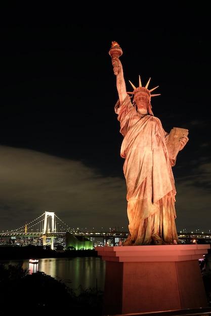 東京、お台場の夜空に触れる有名な歴史的な自由の女神 無料写真