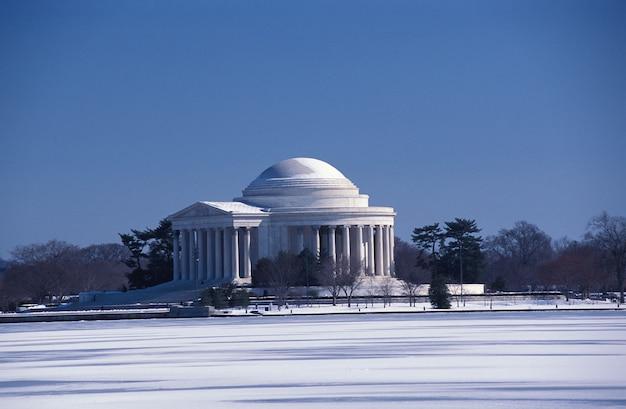 Знаменитое мемориальное здание джефферсона в вашингтоне, округ колумбия, сша зимой Бесплатные Фотографии