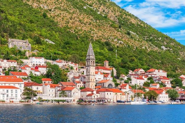 Известный старый город пераст недалеко от котора, черногория. Premium Фотографии
