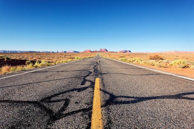 アリゾナ州モニュメントバレーへの有名な道 Premium写真