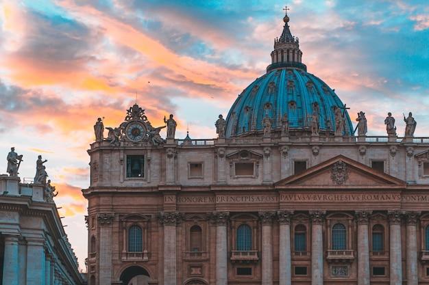 Famosa basilica di san pietro a città del vaticano e il cielo con bellissimi colori dietro Foto Gratuite