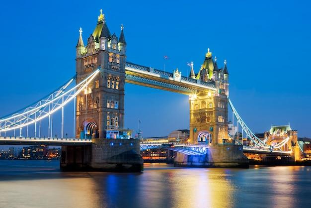 Знаменитый тауэрский мост вечером, лондон, англия Бесплатные Фотографии